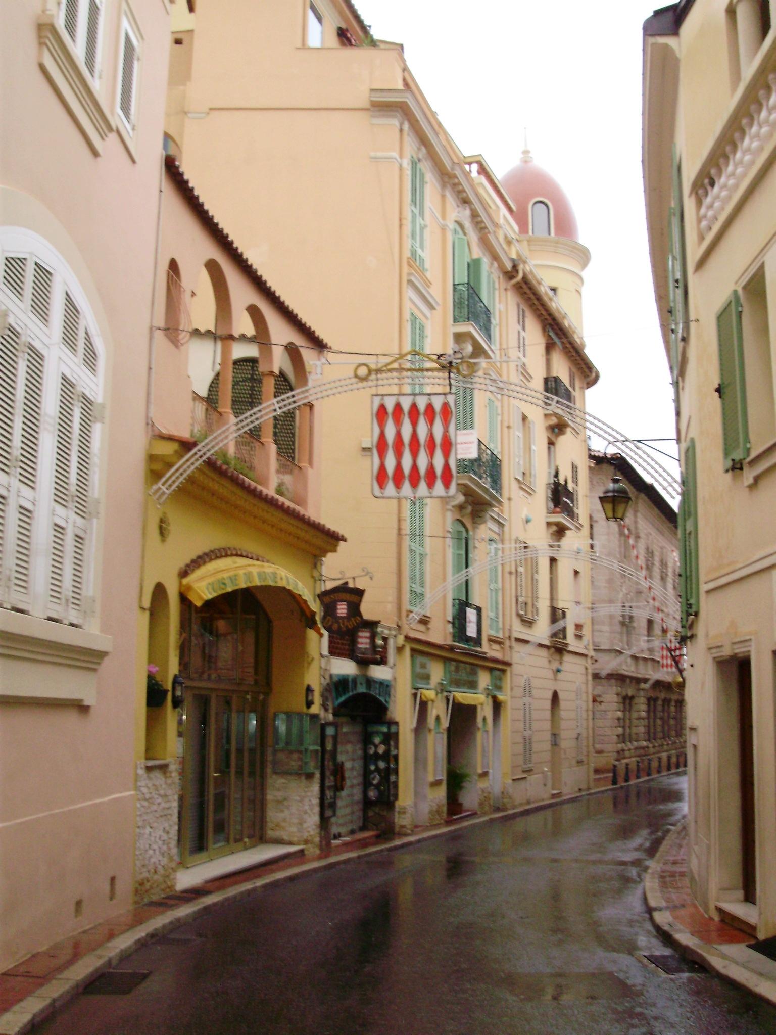 細い路地に可愛い建物が並びますが、これらは観光客向けのお土産屋さんです